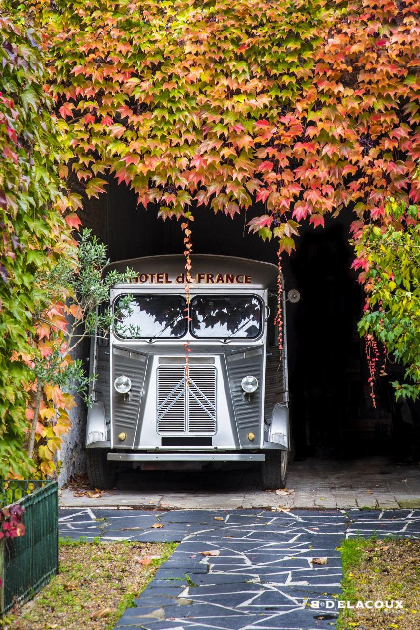 Camionnette en automne / Sarthe